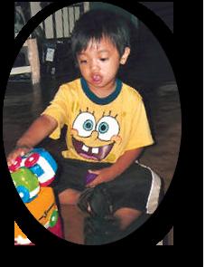 niño masculino jugando con juguetes