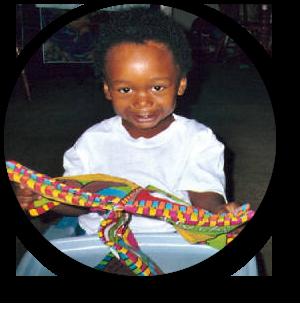 bebé en andador con juguete colorido